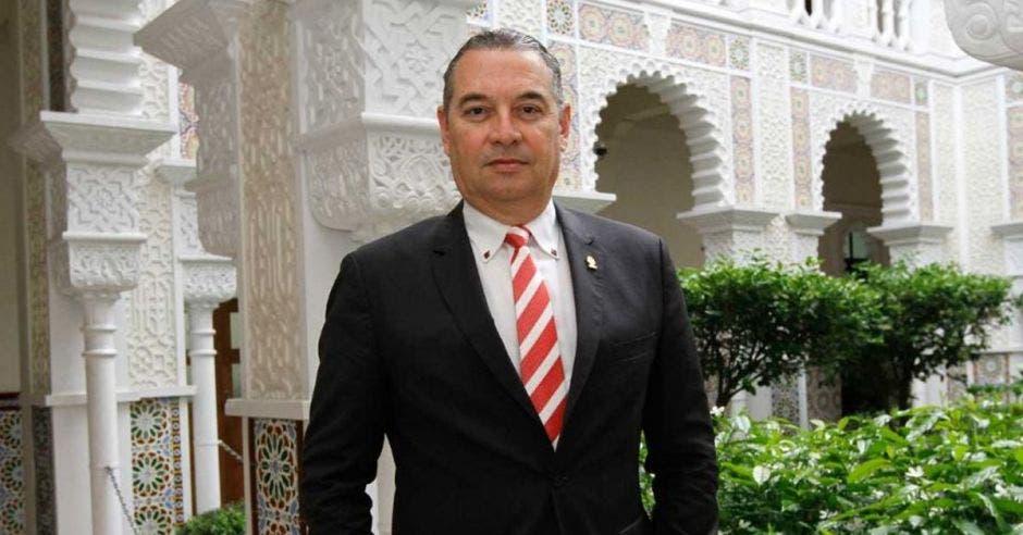 Roberto Thompson, diputado de Liberación Nacional, vestido de traje