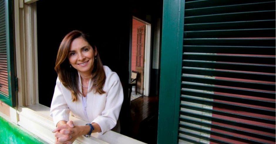 Silvia Hernández, diputada de Liberación se asoma por una por una ventana