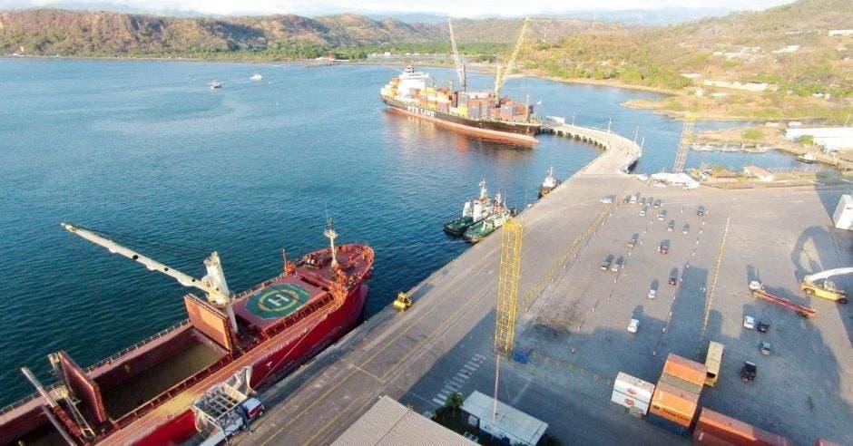 Un puerto con varias embarcaciones atracadas