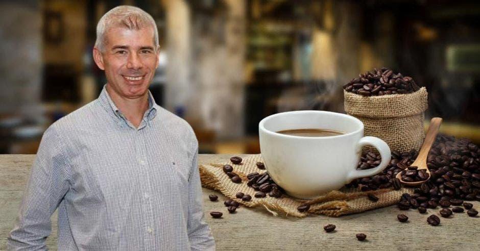 Hombre posa con una taza de café de fondo