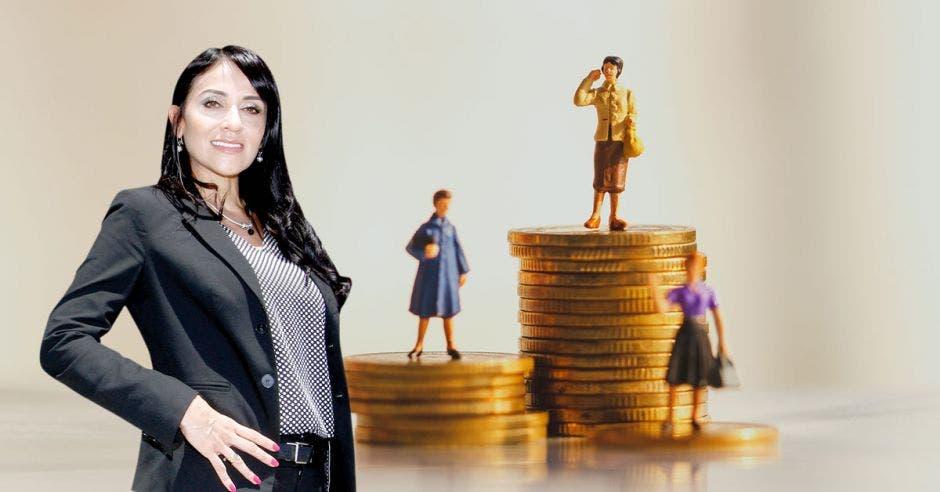 Mujer de traje posa frente a monedas en las cuales encima se encuentran mujeres