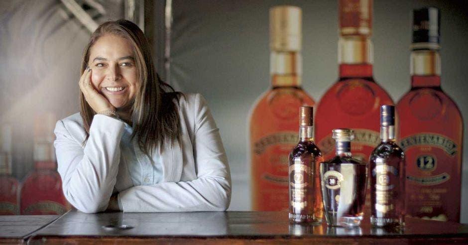 Dianne Medrano, Gerente General de Centenario Internacional, frente a botellas