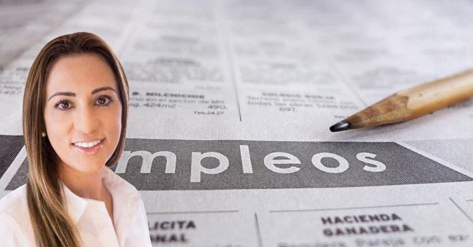 Mujer frente a periódico y lápiz que dicen empleo