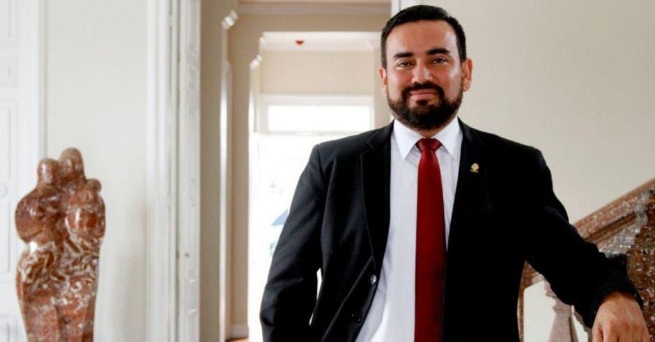 Jonathan Prendas, diputado de Nueva República apoyado en un mueble