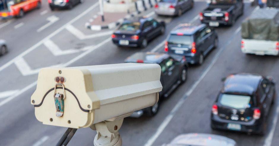 Cámara regulando el tráfico en una transcurrida carretera