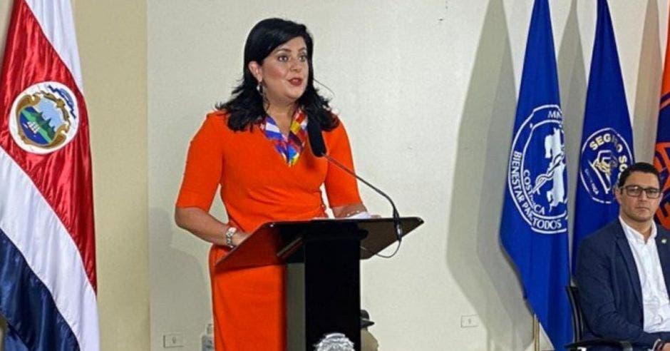Pilar Garrido, ministra de planificación en plena conferencia de prensa