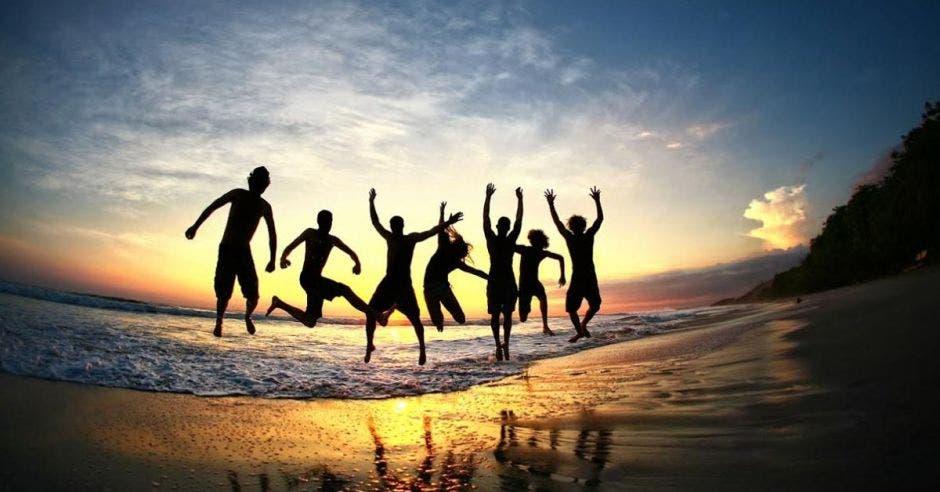 Personas celebrando en una playa