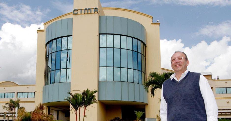 Hugo Villegas frente a edificio