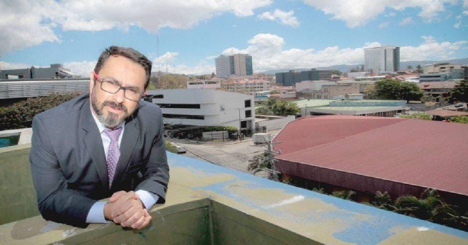 Edwin Estrada posa en lo alto de un techo