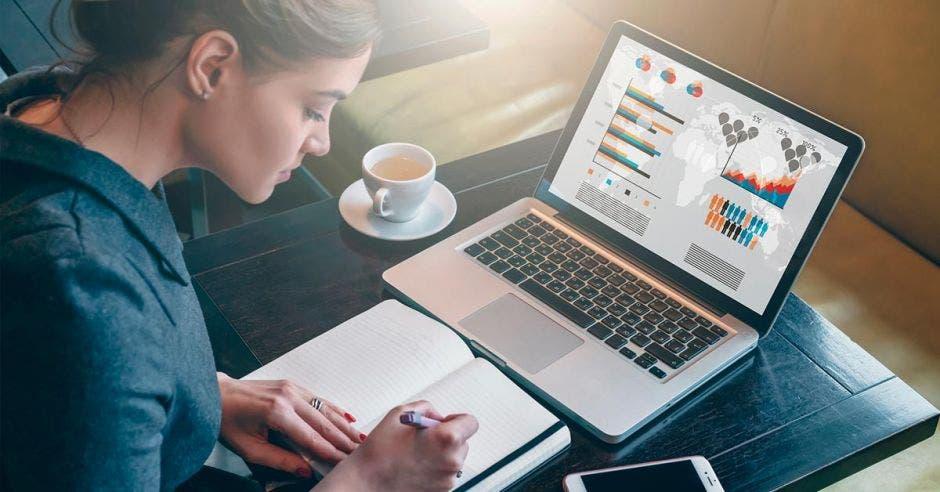 Una mujer emprendedora con su laptop