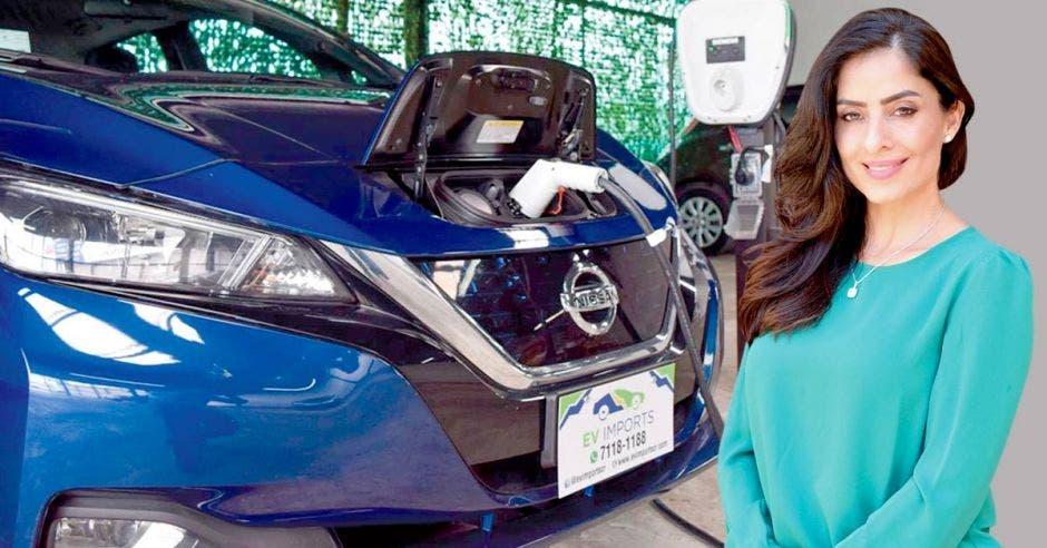 heidi avalos posa junto a autos eléctricos