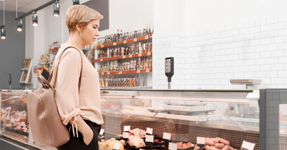 Mujer decide que va a comprar en una vitrina