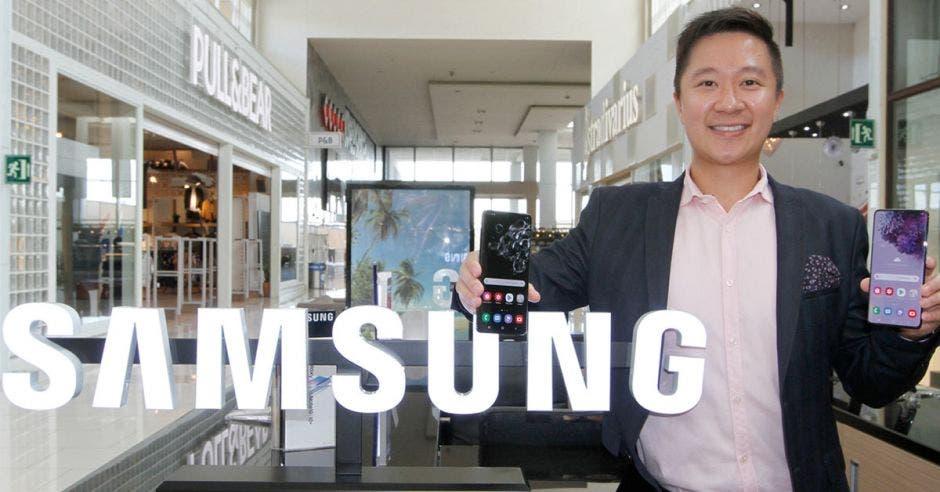 Johnny Mou posa frente a logotipo de Samsung
