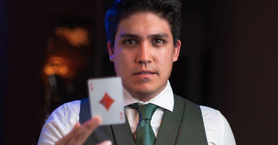MAgo Diego Vargas con carta