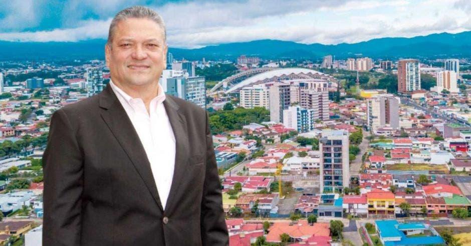 José, Johnny Araya, alcalde capitalino frente a foto de la ciudad.