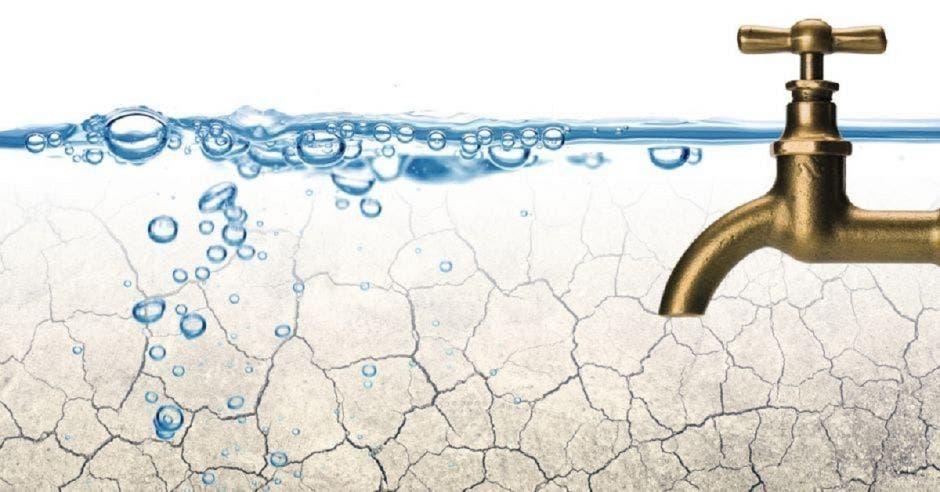 Agua potable saliendo de un grifo dorado