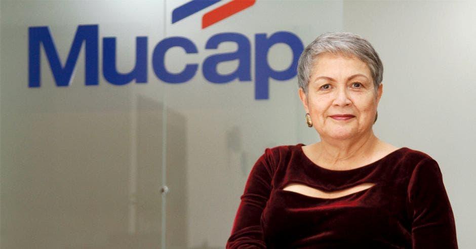 Mujer frente a logo de Mucap