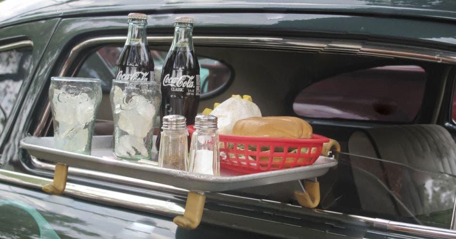 Bandeja con alimentos en ventana del carro
