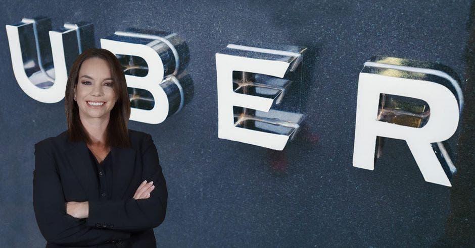 Miriam Manrique frente a las letras Uber