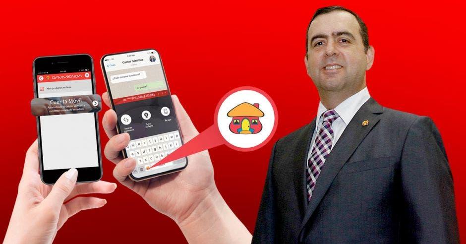 Arturo Giacomin con manos y teléfonos de fondo