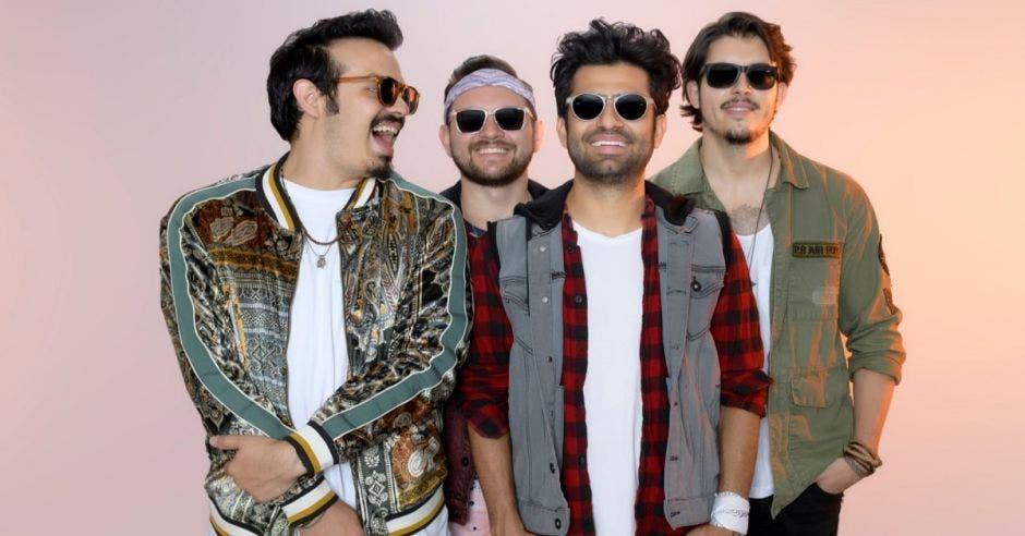 Grupo Percance con jackets y lentes