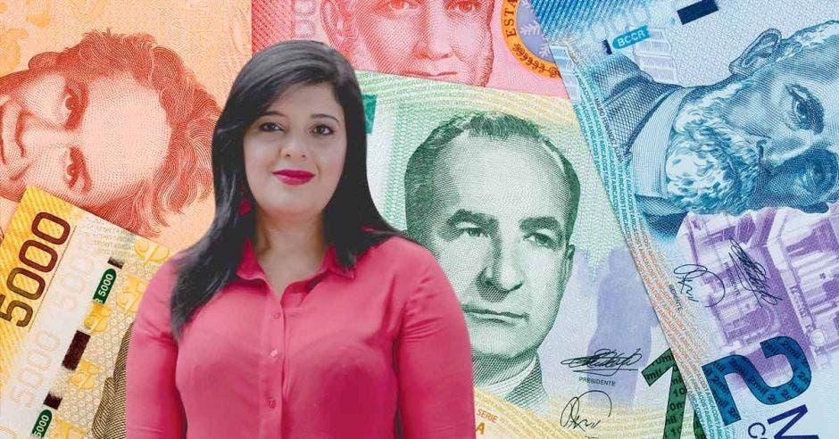 Pilar Garrido frente a múltiples billetes