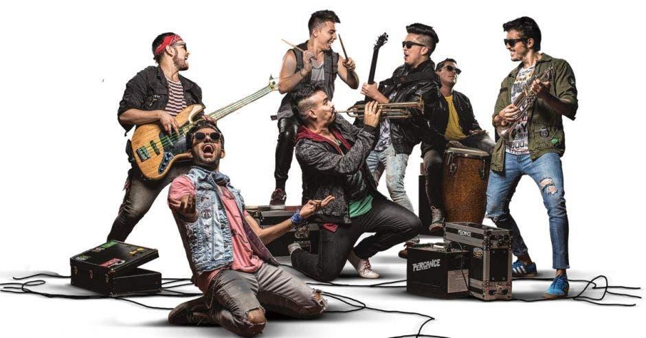 Miembros de la banda Percance con sus instrumentos
