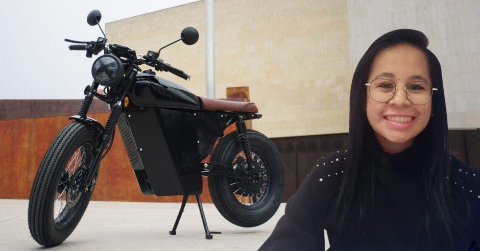 Mujer posa frente a motos electricas