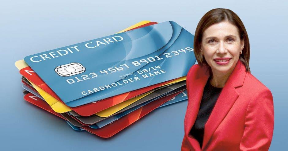 Mujer sonríe frente a tarjetas
