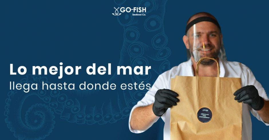Hombre con bolsa de Go Fish
