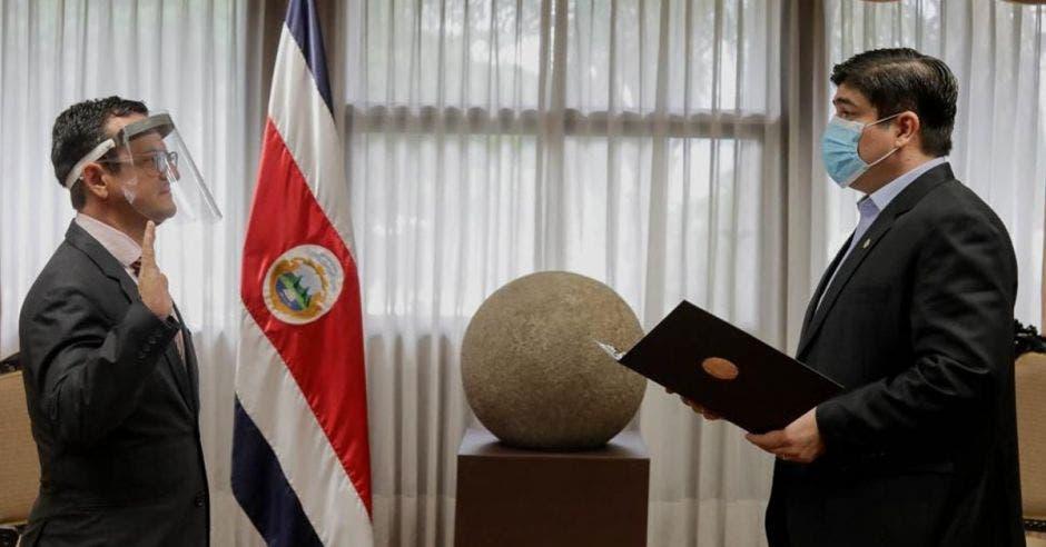 Gustavo Segura siendo juramentado por Carlos Alvarado