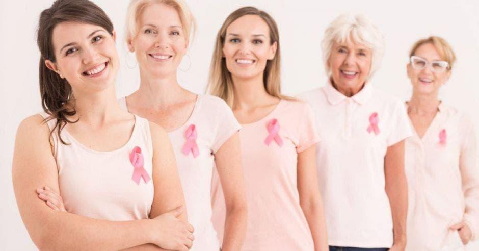 mujeres de distintas edades en fila