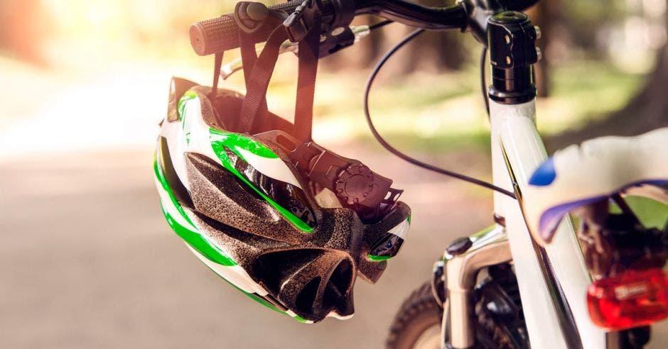 Bicicleta estacionada con casco con casco en manivela