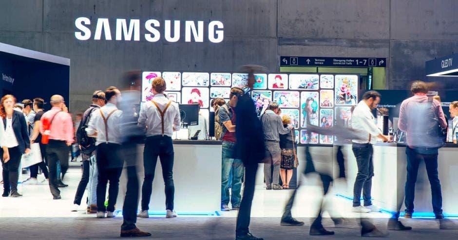 Personas frente a puesto de Samsung