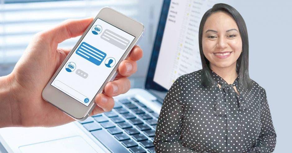Mujer posa frente a persona con celular metida en Facebook