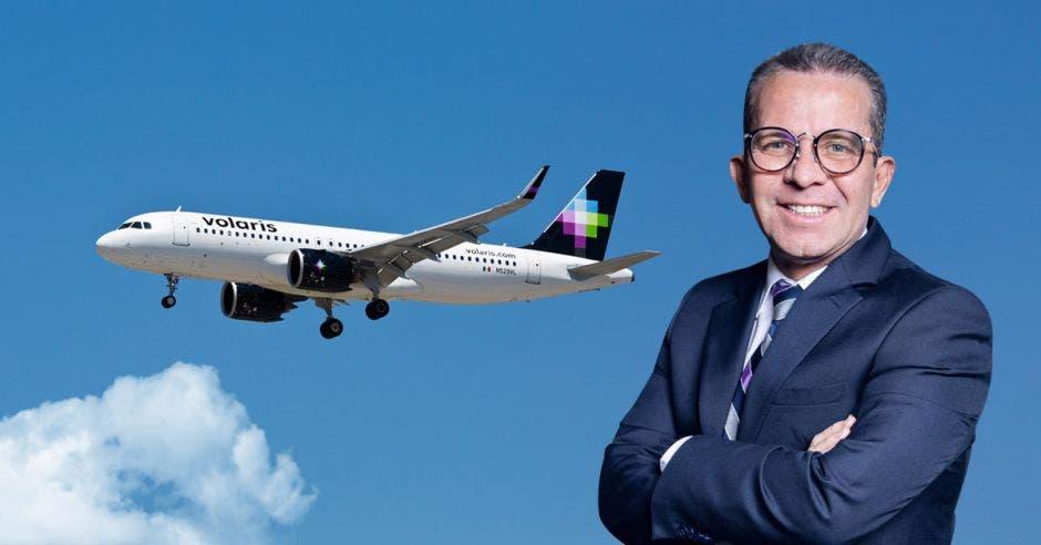 Un hombre posa junto a un avión