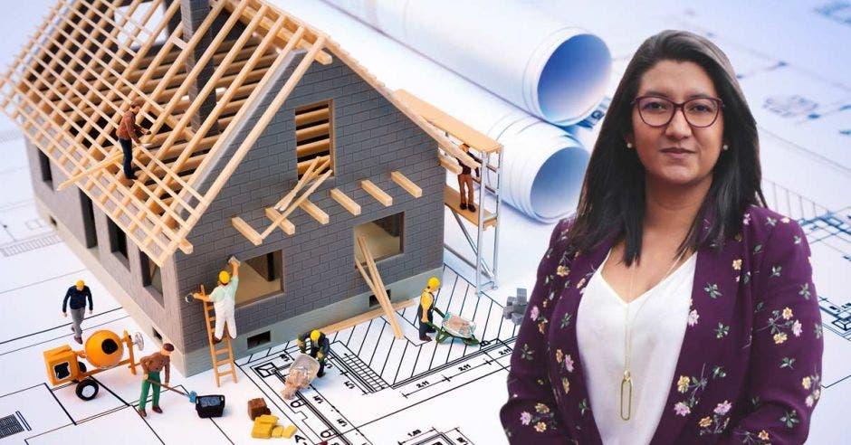 Alejandra Morice, presidenta del CFIA con fondo de render de casa en construcción