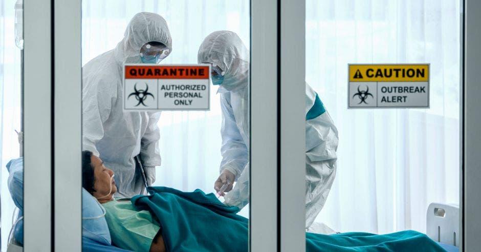 Personas con trajes especiales antivirus