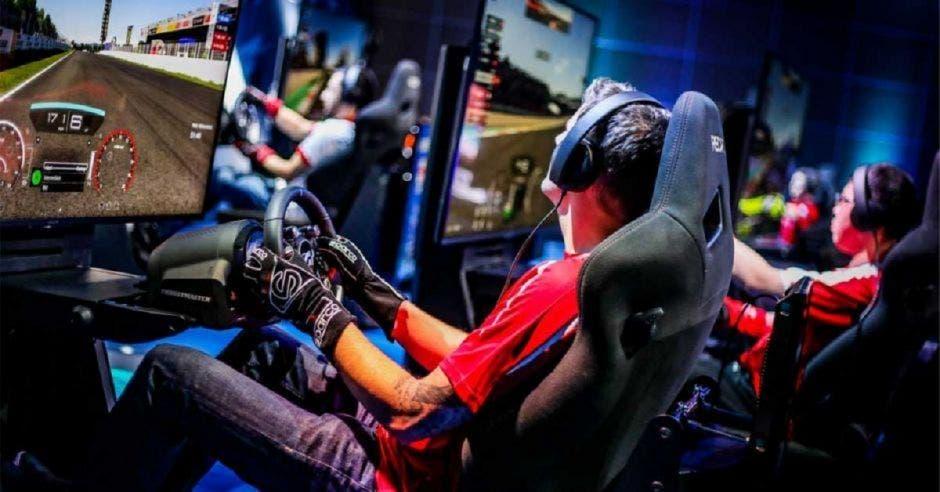 Gamers sentados con casco corriendo