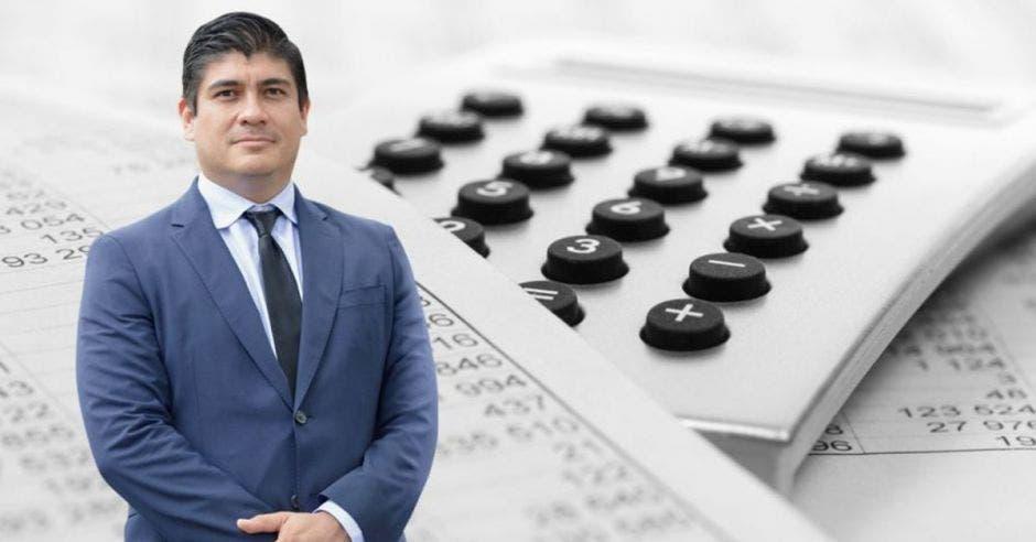 Carlos Alvarado, presidente de la República frente arte de calculadora