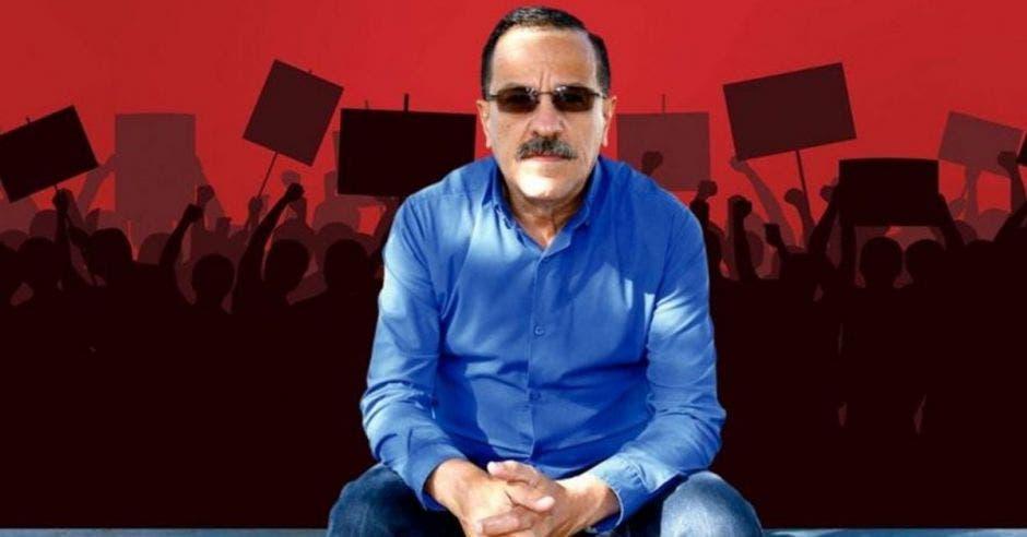 Albino Vargas, secretario de la ANEP frente a arte de personas en manifestación