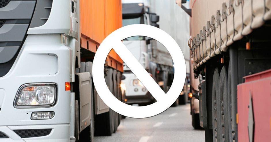 Camiones en fila con señal de prohibido