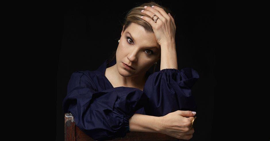 Mujer tomándose su cabellera