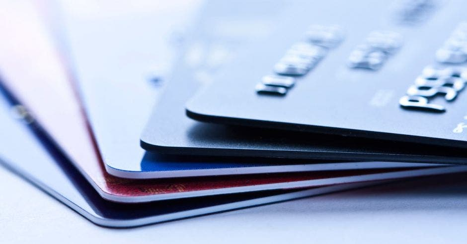 Tarjetas de crédito apiladas una encima de la otra