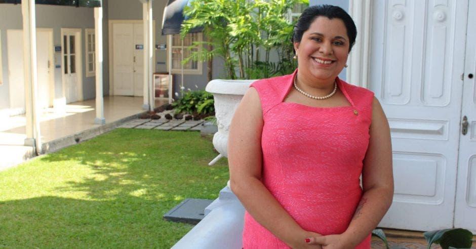Paola Vega, diputada del PAC posando para la fotografía