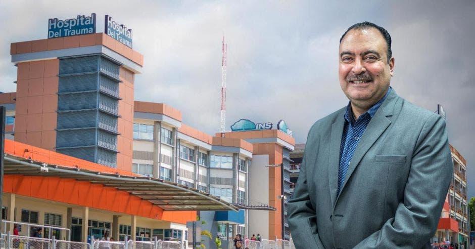 Hombre posa frente a Hospital de trauma