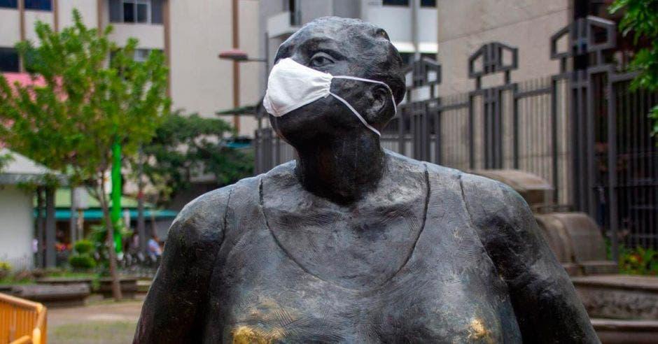 """Estatua """"la gorda"""", ubicada en el centro de San José con mascarilla"""