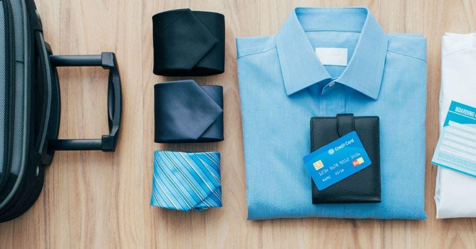 Tres corbatas, una camisa de vestir y una valija