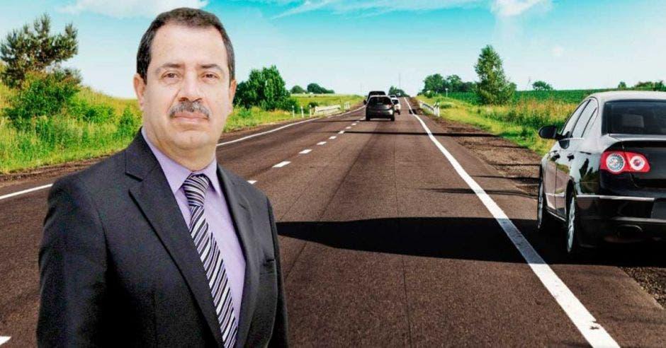 Mario Redondo frente a arte de carretera