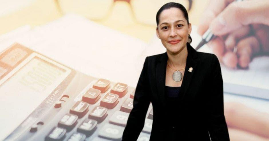 María Inés Solís, diputada de la Unidad frente a un arte de una calculadora